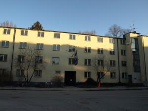Del av Klosettpalatsets fasad mot Skolgatan.  Foto: Public domain