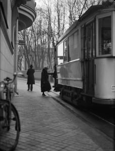 Påstigning utanför Rappska huset, Sysslomansgatan, 1934. Foto: Paul Sandberg