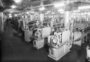 Arbete i fabriken i kvarteret Noatun, okänt datum. Foto: Östlings foto