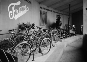 Cyklar från Fram på hantverksmässa i Uppsala, 1934. Foto: Paul Sandberg